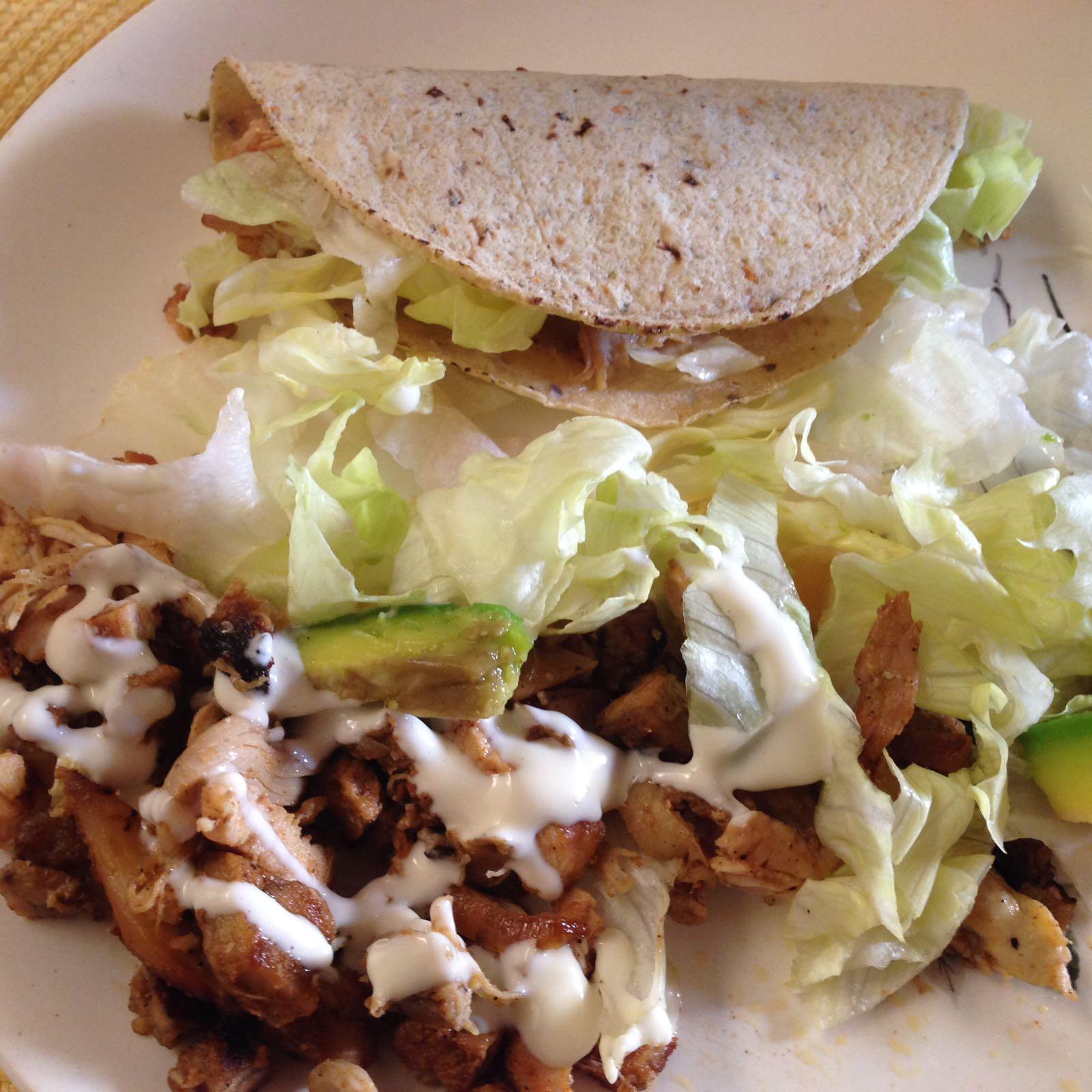 Tacos de pollo y crema de ajo (Chicken Tacos with garlic cream sauce)